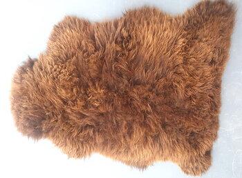 145x80 cm. groot langharig schapenvacht in mooie tinten donkerbruin