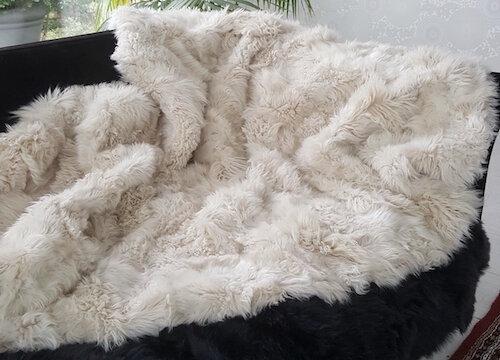lamsvacht kleed in warm wit tinten